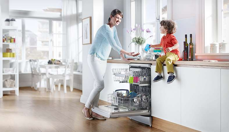 A family at the dishwasher